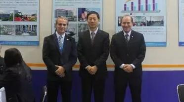 科迈股份董事长王树华(右二)与国外客户合影